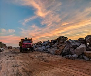 camión cargando piedras